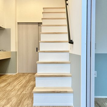 階段上がってロフトへ行ってみましょう。柵はないのでお気をつけて。