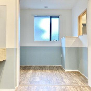 キッチン奥にも洋室があります。