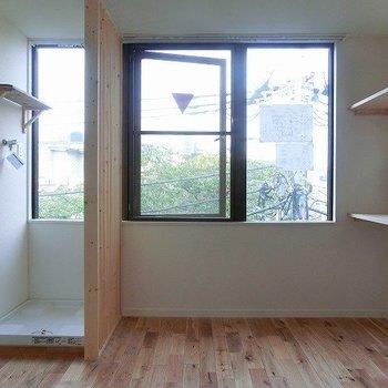 お部屋から向かいの桜並木を※写真は4階の似た間取り、別部屋のもの