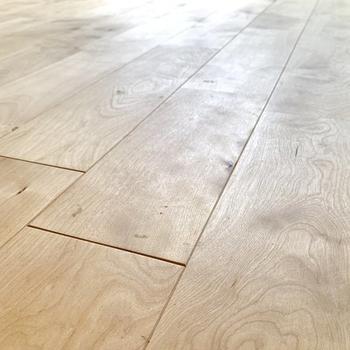床は経年変化を楽しめるバーチの無垢材を使用しています