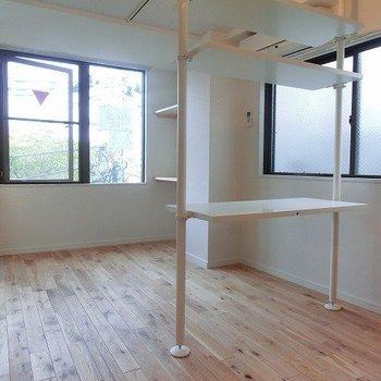 2面採光のお部屋! ※写真は4階の似た間取り、別部屋のもの ※棚はつきません