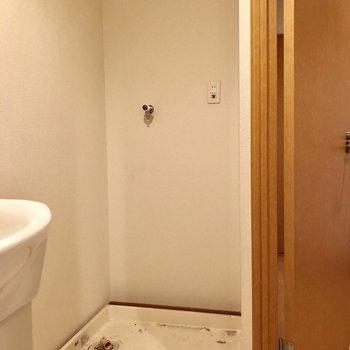 洗濯機置場も脱衣所に!(※写真は2階の同間取り別部屋、清掃前のものです)