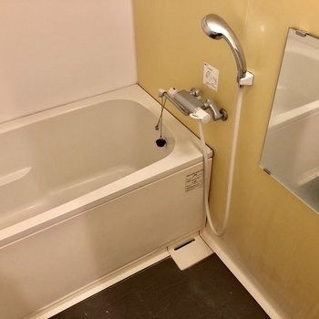 黄色い壁がアクセントのお風呂!(※写真は2階の同間取り別部屋、清掃前のものです)