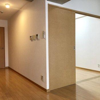 箱のような洋室!(※写真は2階の同間取り別部屋、清掃前のものです)