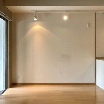 スポットライトがオシャレでした。(※写真は2階の同間取り別部屋、清掃前のものです)