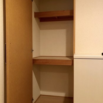 玄関横にも収納が隠れていました!(※写真は2階の同間取り別部屋、清掃前のものです)