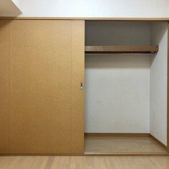 壁一面の収納!(※写真は2階の同間取り別部屋、清掃前のものです)