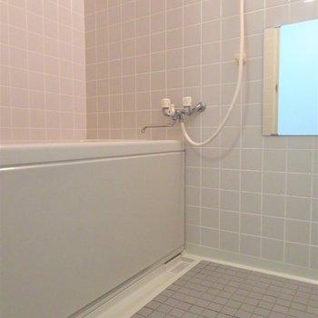 お風呂は少しレトロ。ただ清潔感がありますね!