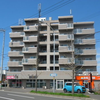 通り沿いのマンション。1階には塾などが入っていました