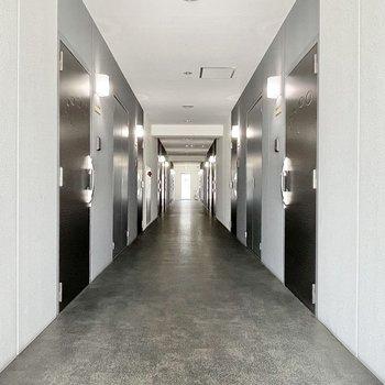 【共用部】廊下は室内だから雨の心配もなし。