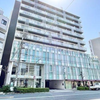2~3階にオフィスの入る大きめのマンション。