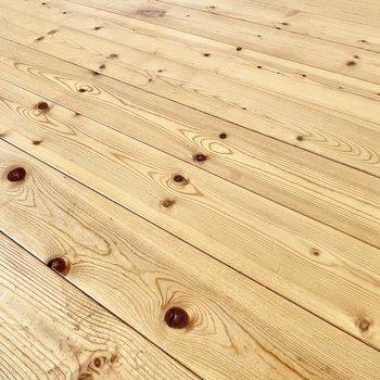 床は杉のような節が特徴的。