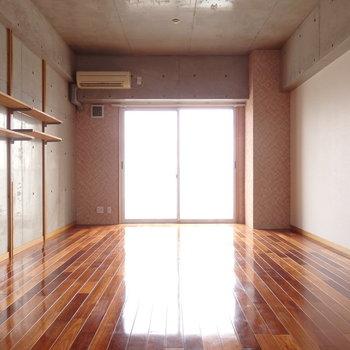 艶やかな床が美しい。 (※写真は6階の同間取り別部屋のものです)