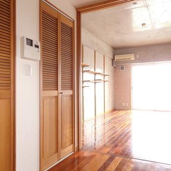 ウッディな収納扉がかわいらしいデザイン。 (※写真は6階の同間取り別部屋のものです)