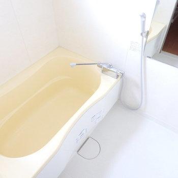 浴室乾燥付き、窓付きのお風呂です。 (※写真は6階の同間取り別部屋のものです)