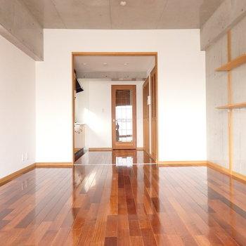 アメリカンヴィンテージが似合いそうなお部屋。 (※写真は6階の同間取り別部屋のものです)