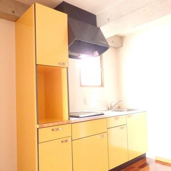 キッチンは元気が出るイエロー。 (※写真は6階の同間取り別部屋のものです)
