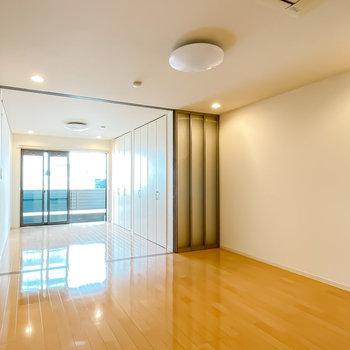 抜け感のある、モダンなデザイナーズのお部屋。(※写真は1階の同間取り別部屋のものです)