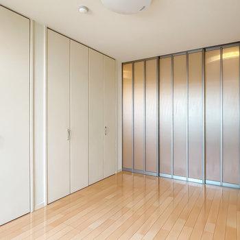 引き戸で仕切ることができるんです!半透明なので、仕切っても開放的で抜け感があります。(※写真は1階の同間取り別部屋のものです)