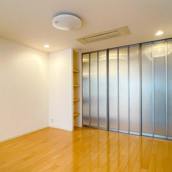LDとキッチンも引き戸で仕切れます。シーリングライトはシンプルなのでアレンジしてもいいかも。(※写真は1階の同間取り別部屋のものです)