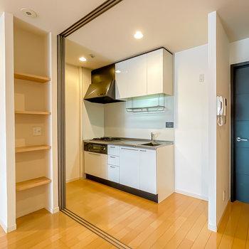 引き戸の先には真っ白なキッチン。(※写真は1階の同間取り別部屋のものです)