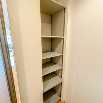 キッチンの背面にも埋め込み棚が。こちらは食材の収納やキッチン家電置き場に!(※写真は1階の同間取り別部屋のものです)
