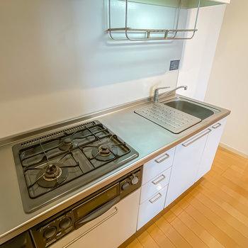 シンクボードと水切りラックで調理や洗い物がちょっとラクになりそうですね。(※写真は1階の同間取り別部屋のものです)