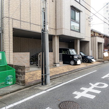 エントランス前には駐車場・駐輪場・ゴミステーションがまとまっています。