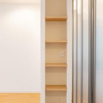 キッチン側には木目調の埋め込み棚が。ここはディスプレイとして使うと良さそう。(※写真は1階の同間取り別部屋のものです)