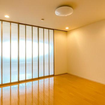 LDは8.6帖。ダウンライトの雰囲気が◎レザーソファにガラステーブルが似合いそう。(※写真は1階の同間取り別部屋のものです)