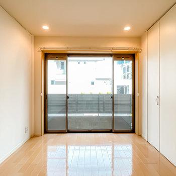 窓側の洋室は6帖。窓はFIXではなく、左右も真ん中も動く、変わったタイプ。(※写真は1階の同間取り別部屋のものです)