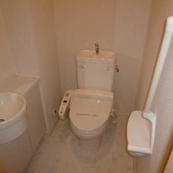 トイレはウォシュレット付き。上部には収納棚も設置されています。(※写真は1階の同間取り別部屋のものです)