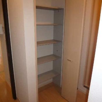 靴箱は壁の中に。少しコンパクトですが、10足ほどは入りそうです。(※写真は1階の同間取り別部屋のものです)