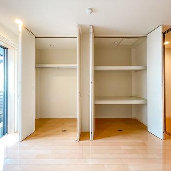壁一面が収納なので、オシャレさんでもスッキリとした暮らしを楽しめそう!(※写真は1階の同間取り別部屋のものです)