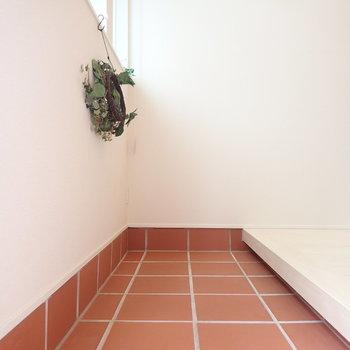 玄関土間が広くアレンジを楽しめそうですね♪ (※写真は1階の反転間取り別部屋、モデルルームのものです)