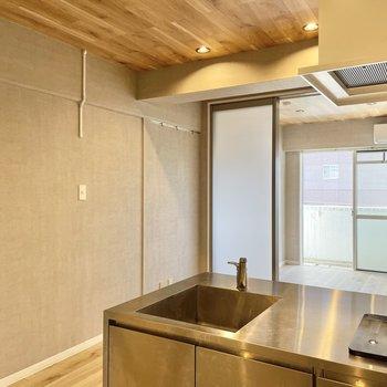 キッチンとダイニングは半透明扉で仕切られます。圧迫感をそんなに感じないのがgood。(※写真は清掃前のものです)