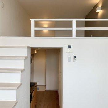 部屋の階段上るシンデレラ
