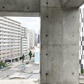 カッコいいビルが並ぶ眺望です。