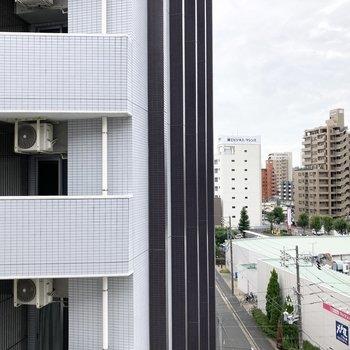 隣の建物との間に少し距離がある圧迫感はあまり感じられない眺望。