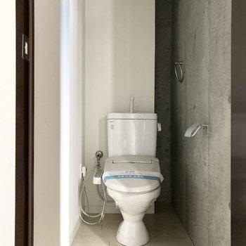 向かいの扉を開けるとトイレへ。シャワー機能付きです。(※写真は通電前のものです)