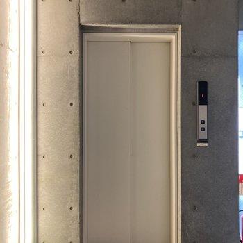 玄関出てすぐにエレベーターがありますよ。