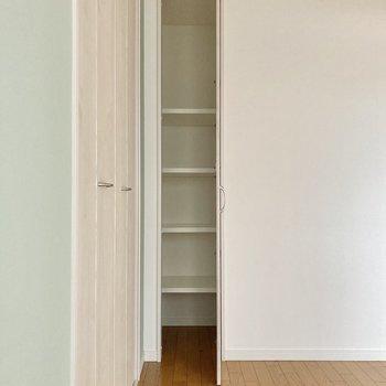 こちらの小さめの収納には本を入れても◎