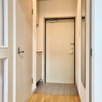 玄関周りはわりとコンパクト。廊下部分に姿見もついています。