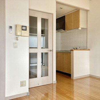 窓の反対側にはキッチンがついています。