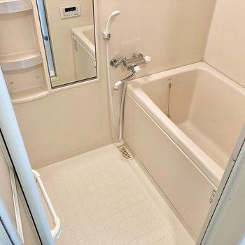 お風呂には浴室乾燥機、サーモ水栓もついています。
