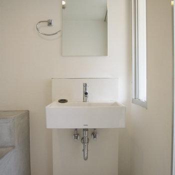 洗面台がクール※写真は2階反転間取り別部屋のものです。