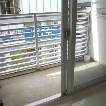 ベランダは少し狭め※写真は2階反転間取り別部屋のものです。