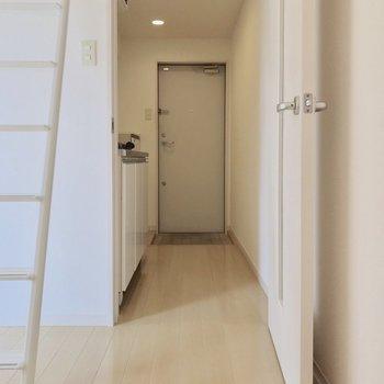 玄関側にキッチンがあります(※写真と文章は8階の同間取り別部屋、清掃前のものです)