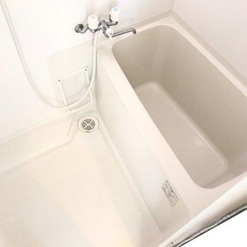 お風呂はひねるタイプの水栓なので、節水シャワーベッドでガス代節約しよう(※写真と文章は8階の同間取り別部屋、清掃前のものです)