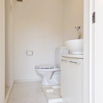 トイレは脱衣所の中に(※写真と文章は8階の同間取り別部屋、清掃前のものです)